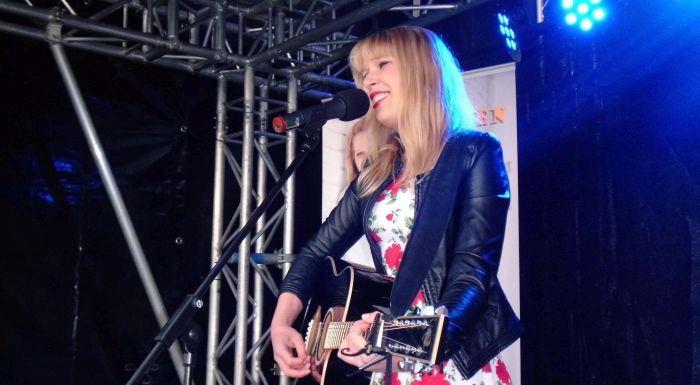 Mia Ohlsen: Showbühne auf der Kieler Woche 2015 (Foto copyright: MammaMia)