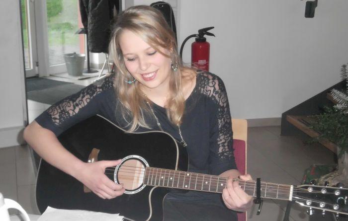 Mia Ohlsen beim Einstimmen der Gitarre (Foto copyright: MammaMia)