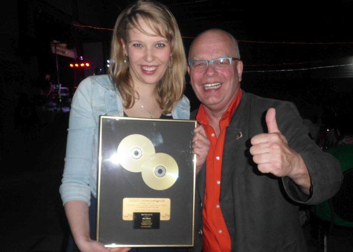 Und es gab auch 2014 wieder eine Goldene CD für Mia Ohlsen von der Deutschen Diskjockey Organisation DDO (Foto copyright: MammaMia)